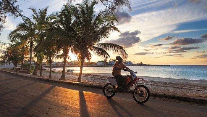 Grobla w Governor's Harbour łączy stały ląd z Cupid's Cay, gdzie domy budowali pierwsi osadnicy