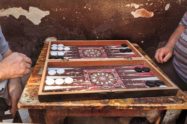 Mężczyźni potrafią całe dnie przesiedzieć przy planszy backgammona